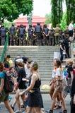 Kyiv, de Oekraïne - Juni 23, 2019 Maart van gelijkheid LGBT maart KyivPride Vrolijke parade Rijen van marchers van de politieagen royalty-vrije stock foto