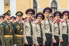 KYIV, de OEKRAÏNE - Mei 26, 2017: Ceremonie ter gelegenheid van het eind van het academische jaar in militaire lyceum van Kiev va Stock Afbeeldingen