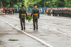 KYIV, de OEKRAÏNE, 26 Mei, 2017; De ceremonie van het leggen bloeit in geheugen van de dode militairen Stock Afbeelding