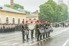 KYIV, de OEKRAÏNE, 26 Mei, 2017; De militaire musici nemen aan de vieringen gewijd aan het eind van het academische jaar in Kie d Royalty-vrije Stock Fotografie