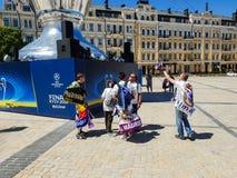 KYIV, DE OEKRAÏNE - MEI 26, 2018: Def. van de Kampioenenliga, ventilators van het echte team van Madrid bevindt zich dichtbij op  stock foto