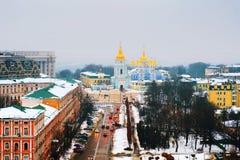 Kyiv, de Oekraïne, met een mening van St Michaels Golden - Overkoepeld Klooster en verkeer Stock Afbeeldingen