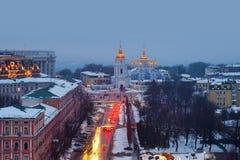 Kyiv, de Oekraïne, met een mening van St Michaels Golden - Overkoepeld Klooster en verkeer Royalty-vrije Stock Foto