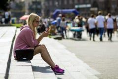 Kyiv, de Oekraïne - November 14, 2017: Jonge vrouw met smartphone s Royalty-vrije Stock Fotografie