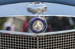 Kyiv, de Oekraïne - September 30, 2018: Oud Mercedes Benz-embleem stock fotografie