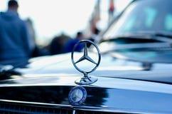 Kyiv, de Oekraïne - September 30, 2018: Oud Mercedes Benz-embleem stock foto