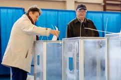 Kyiv, de Oekra?ne - Maart 31, 2019: 2019 Mensen stemmen bij de Oekra?ense presidentsverkiezing stock foto
