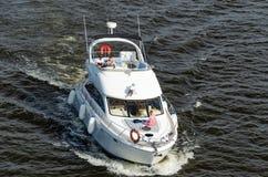 Kyiv, de Oekra?ne - Mei 18, 2019 De krachtige boot die van de snelheidsmotor door de rivier Dnipro varen stock afbeelding