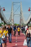 Kyiv, de Oekra?ne - Mei 18, 2019 Parkbrug over de Dnipro-rivier Mensen die langs de voetbrug op weekend lopen stock fotografie