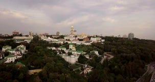 Kyiv, el capital de Ucrania Kiev Pechersk Lavra también conocido como el monasterio de Kiev de las cuevas, es un cristiano ortodo almacen de metraje de vídeo