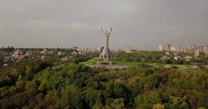 Kyiv, el capital de Ucrania Kyiv Monumento de la patria, el monumento sovi?tico de la era, situado en el banco del r?o de Dnieper almacen de metraje de vídeo
