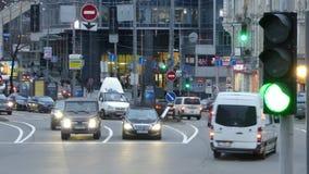 Kyiv, il 2 aprile 2018, l'Ucraina Il semaforo regola il traffico sulla via a Kiev video d archivio