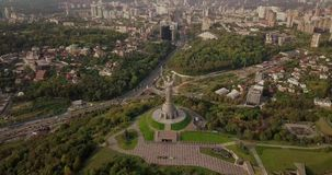 Kyiv, il capitale dell'Ucraina Kyiv Monumento della patria, il monumento sovietico di era, situato sulla banca del fiume di Dniep stock footage