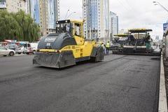 Kyiv, Juli 2016 van de Oekraïne: Weg het Bedekken, bouw Stock Afbeeldingen