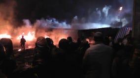 Kyiv Maidan Οι διαμαρτυρόμενοι ρίχνουν τις πέτρες και την καθορισμένη πυρκαγιά στα ελαστικά αυτοκινήτου στο οδόφραγμα φιλμ μικρού μήκους