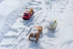 Kyiv RE, 2-03-2018, de beweging van auto's met sneeuw op de weg na een zware sneeuwval worden behandeld die Royalty-vrije Stock Foto