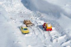 Kyiv RE, 2-03-2018, de beweging van auto's met sneeuw op de weg na een zware sneeuwval worden behandeld die Royalty-vrije Stock Foto's