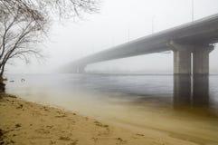 Kyiv södra bro i dimman Arkivbild