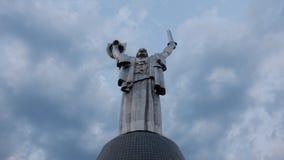 Kyiv/乌克兰- 2017年8月1日:以多云天空为背景的祖国背面图 在1981年打开 Th的作者 免版税图库摄影