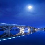 Kyiv tunnelbanabro på natten Arkivbild