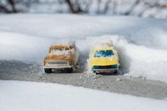 Kyiv UA, 2-03-2018,在以后的积雪的汽车大雪 库存照片