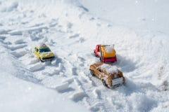 Kyiv UA, 2-03-2018, śniegi zakrywający samochody jedzie przez śnieżystej drogi opad śniegu, zimy burza Zdjęcia Royalty Free