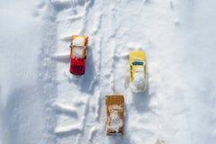 Kyiv UA, 2-03-2018, śniegi zakrywający samochody jedzie przez śnieżystej drogi opad śniegu, zimy burza Zdjęcie Royalty Free