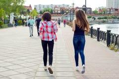 Kyiv, UA, 29-04-2018 żeński przyjaciół chodzić Fotografia Stock