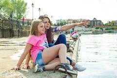 Kyiv, UA, 29-04-2018 Мать и дочь наблюдая воду Стоковая Фотография