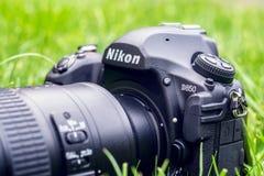 Kyiv, Ucrânia 16 05 2018 - Close up da câmera de Nikon D850 com a lente de Nikkor 70-200 em uma grama Fotografia de Stock