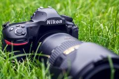 Kyiv, Ucrânia 16 05 2018 - Close up da câmera de Nikon D850 com a lente de Nikkor 70-200 em uma grama Imagens de Stock