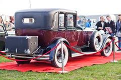 KYIV, UCRÂNIA - 22 de abril de 2016: O carro Packard escolhe oito durante o festival da terra velha do carro dos carros do vintag Imagem de Stock