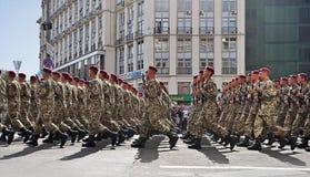 Kyiv, Ucrânia - 24 de agosto de 2014: Militares que marcham durante a parada do Dia da Independência de Ucrânia no quadrado princ Fotos de Stock Royalty Free