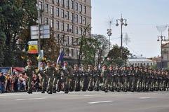 Kyiv, Ucrânia - 24 de agosto de 2014: Militares que marcham durante a parada do Dia da Independência de Ucrânia no quadrado princ Imagem de Stock Royalty Free