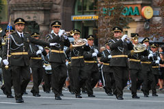 KYIV, UCRÂNIA - 24 DE AGOSTO DE 2016: Parada militar em Kyiv, dedicado ao Dia da Independência de Ucrânia Ucrânia comemora 25o Fotos de Stock
