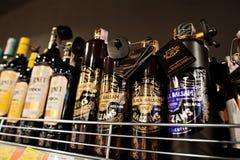 Kyiv, Ucrânia - 19 de dezembro de 2018: Garrafas de Riga em prateleiras em um supermercado O bálsamo do preto de Riga é um bálsam imagem de stock