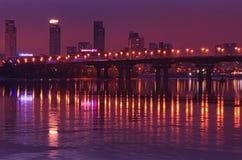 KYIV, UCRÂNIA 22 de janeiro de 2017: Poucos minutos antes do nascer do sol Vista à ponte de Paton e ao banco esquerdo do Dnipro Fotos de Stock