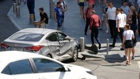 Kyiv, Ucrânia 18 de julho de 2018: Povos perto de carro quebrado na avenida após o acidente de viação e a ignição, o 18 de julho  filme