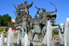 Kyiv/Ucrânia - 5 de junho de 2011: Monumento sob a forma de uma fonte dedicada a Kyi, Shchek e Khoryv e sua irmã Lybid foto de stock royalty free