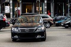 Kyiv, Ucrânia - 18 de maio de 2016: Carro de motor preto Toyota Camry na rua fotografia de stock