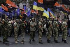 Kyiv, Ucrânia - 14 de outubro de 2015: Ativistas e suportes de partidos nacionalistas ucranianos Imagens de Stock Royalty Free