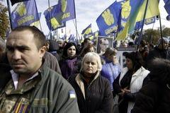 Kyiv, Ucrânia - 14 de outubro de 2015: Ativistas e suportes de partidos nacionalistas ucranianos Fotos de Stock Royalty Free