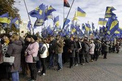 Kyiv, Ucrânia - 14 de outubro de 2015: Ativistas e suportes de partidos nacionalistas ucranianos Foto de Stock Royalty Free
