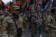 Kyiv, Ucrânia - 14 de outubro de 2015: Ativistas e suportes de partidos nacionalistas ucranianos Imagem de Stock