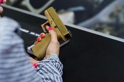Kyiv, Ucrânia - 10 de outubro de 2018: pistola do glock na mão da menina BRAÇOS internacionais da exposição E SEGURANÇA 2018 imagens de stock