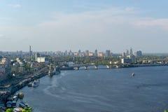Kyiv, Ucrânia - em abril de 2019: A vista da plataforma de observação de Kiev no Dnieper Rive foto de stock