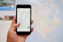Kyiv, Ucrânia - julho 11,2017: IPhone 7 de Apple com Google Maps app Imagem de Stock