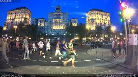 KYIV, Ucrânia - julho, 06, 2019 Um momento chocante: uma criança em um transporte de bebê de pouco peso cai no asfalto áspero filme