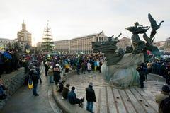 KYIV, UCRÂNIA: Multidão de milhares de protestors que esperam a ação antigovernamental durante a semana do protesto Imagem de Stock Royalty Free