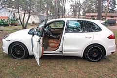 Kyiv, Ucrânia, o 4 de abril de 2015: Porsche Cayenne branco fotos de stock